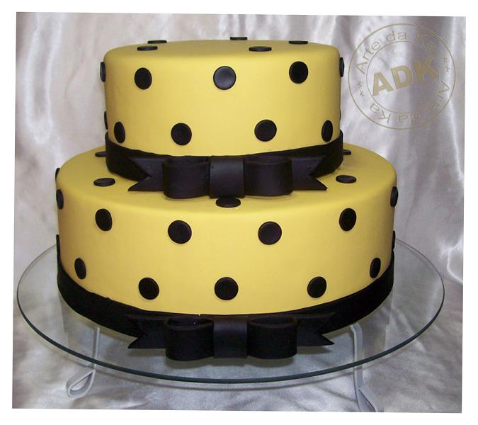decoracao amarelo branco e preto:Bolo cenográfico de biscuit, não comestível.